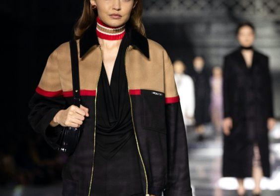 Gigi Hadid Burberry outdoor fashion show